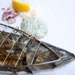 Makrele in der Grillzange